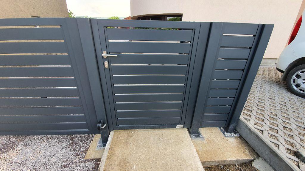 Dvojkrídlová brána, bránička a plotové dielce s kotvením na naše stĺpy
