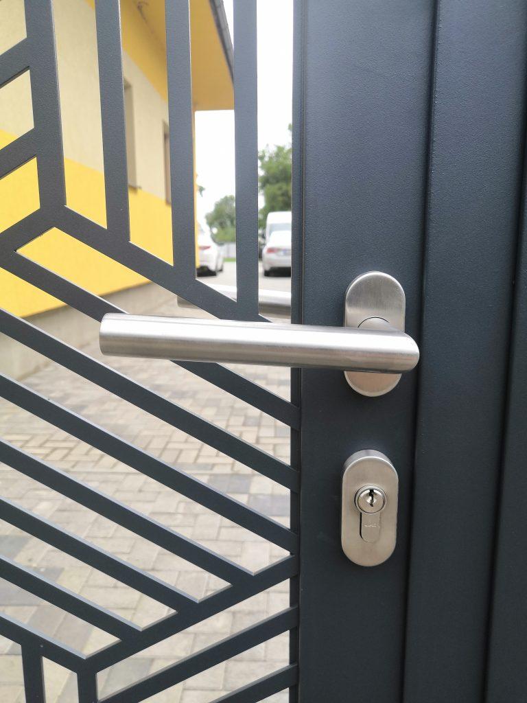 Dvojkrídlová brána s implementovanou bráničkou