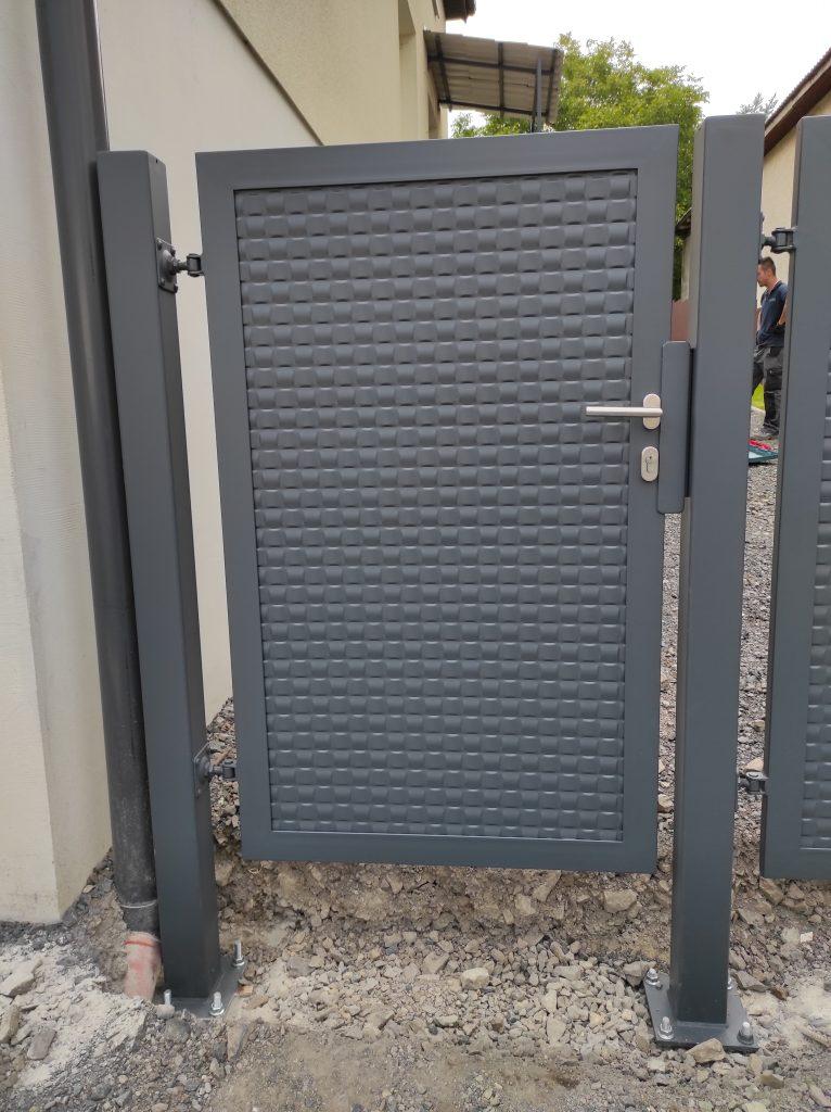 Dvojkrídlová brána s bráničkou s kotvením na naše stĺpy, schodisko so zábradlím a strieškou