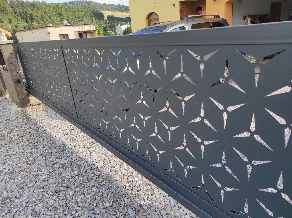 Posuvná samonosná brána, bránička a plotové dielce