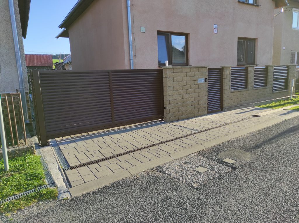 Posuvná samonosná brána s bráničkou a plotové dielce