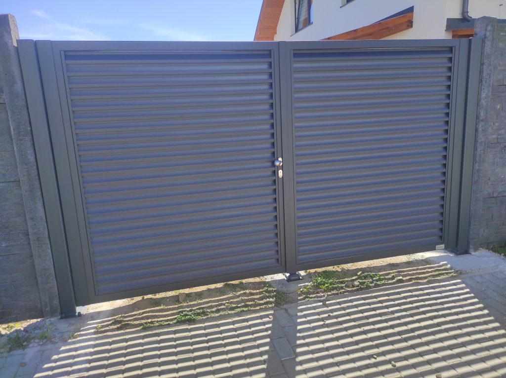 Dvojkrídlová brána a balkónové zábradlie
