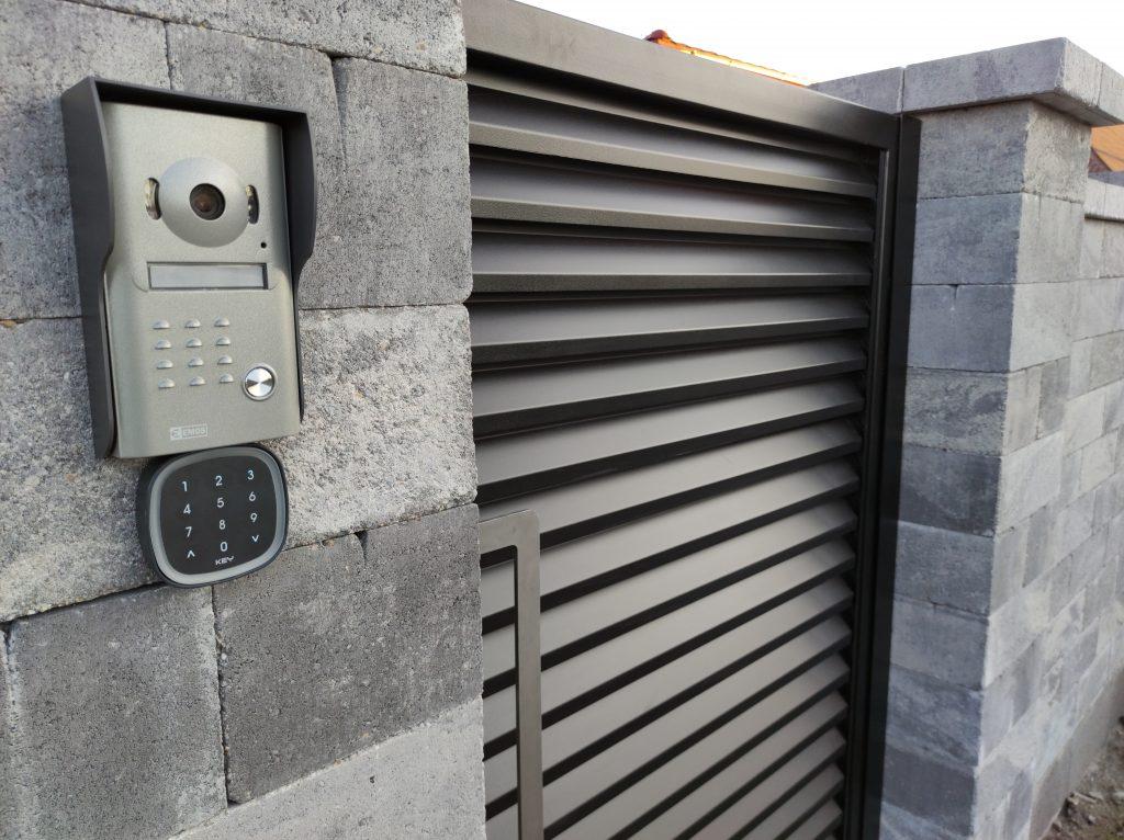 Posuvná samonosná brána s bráničkou a plnou automatizáciou