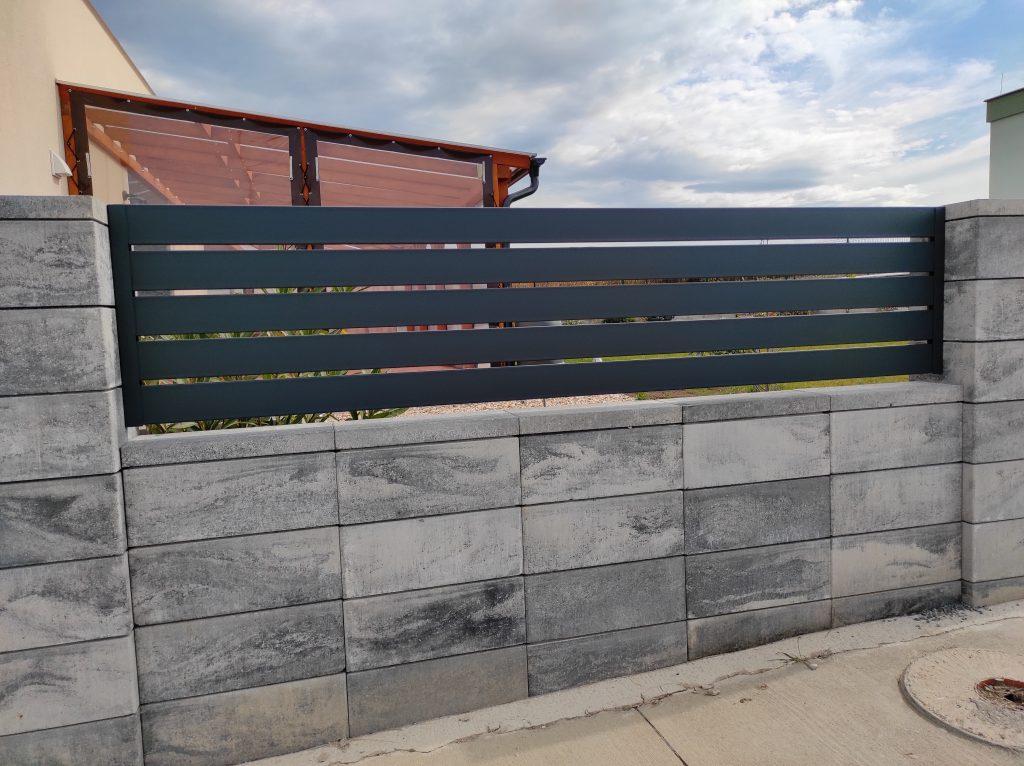 Dvojkrídlová brána s bránkou a oplotením