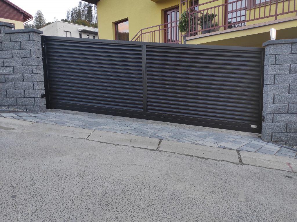 Posuvná samonosná brána v extrémnom stúpaní s bráničkou