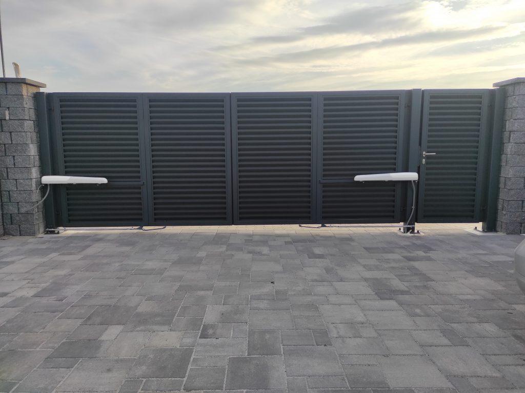 Skladacia dvojkrídlová brána s bráničkou