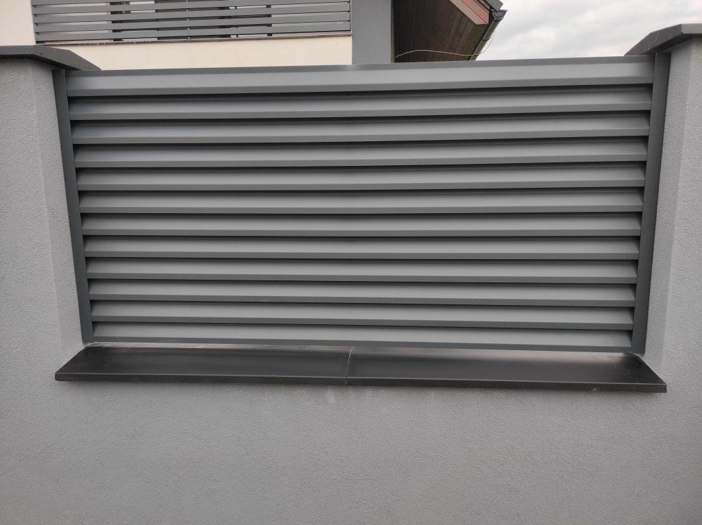 Posuvná samonosná brána s bráničkou a plotovými dielcami