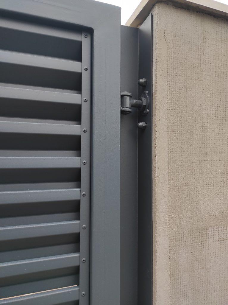 Nadrozmerná samonosná brána s bráničkou a oplotením