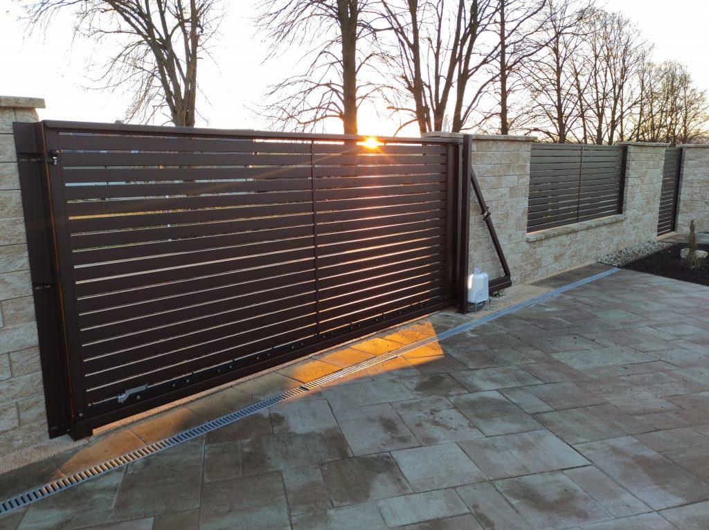 Posuvná samonosná brána s bráničkou a plotovýmdielcom