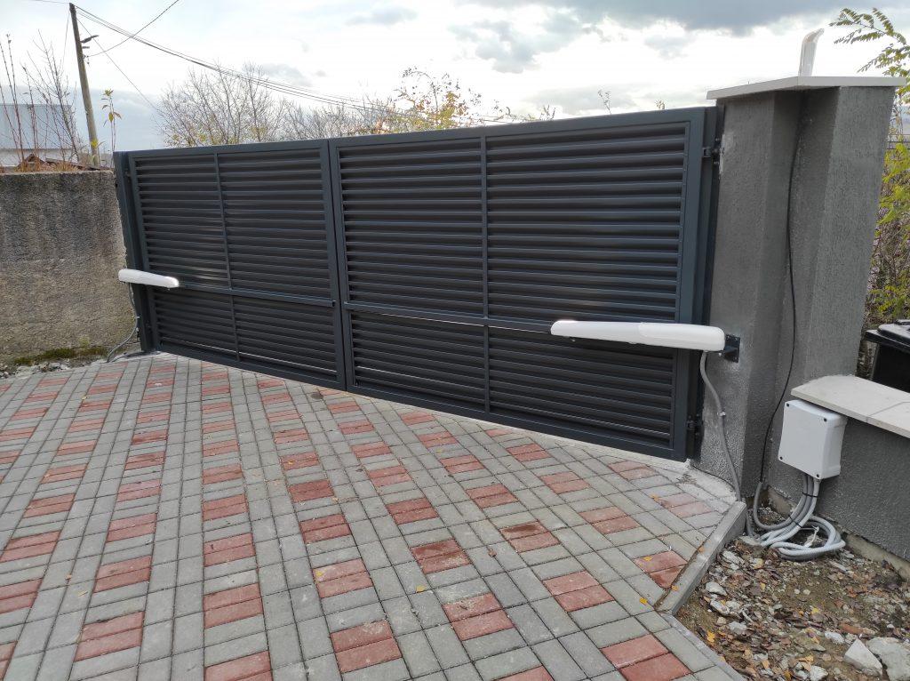 Dvojkrídlová brána s pohonom kotvená na naše stĺpy
