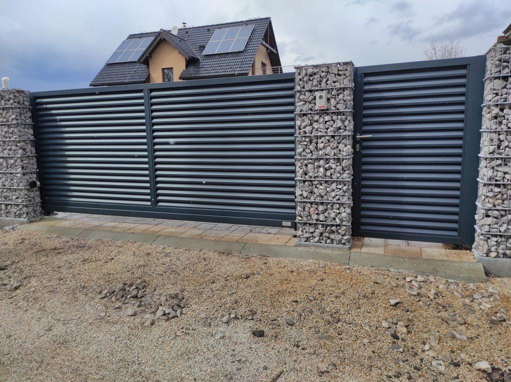 Posuvná brána s bráničkou