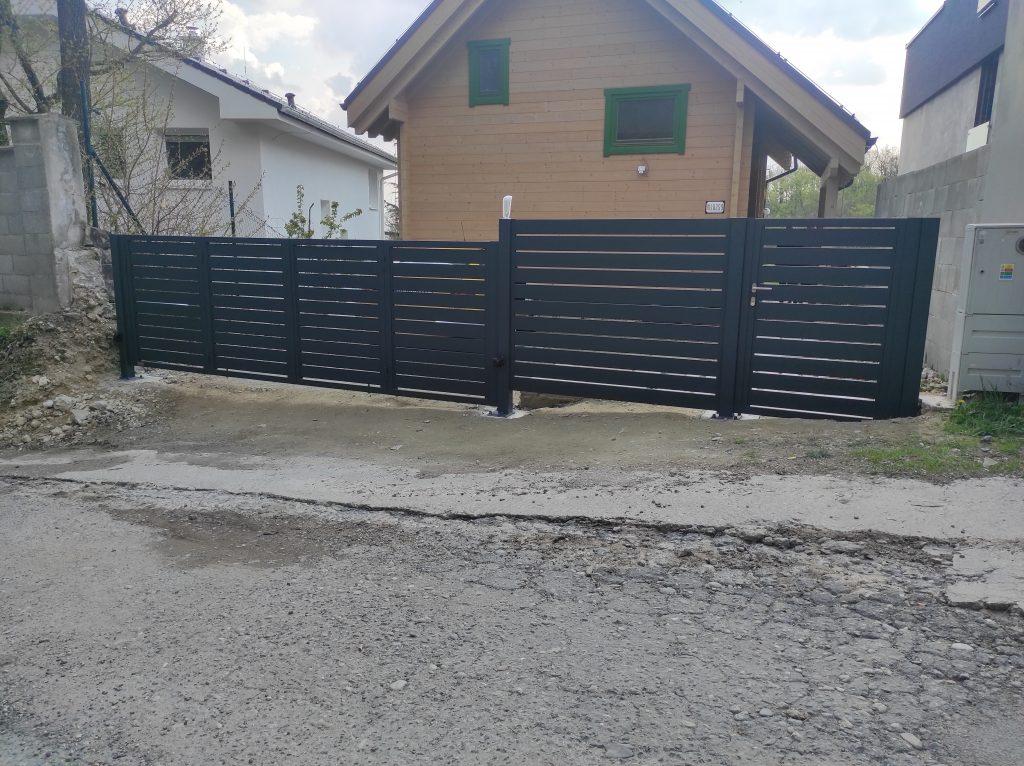 Skladacia dvojkrídlová brána s bráničkou a oplotením
