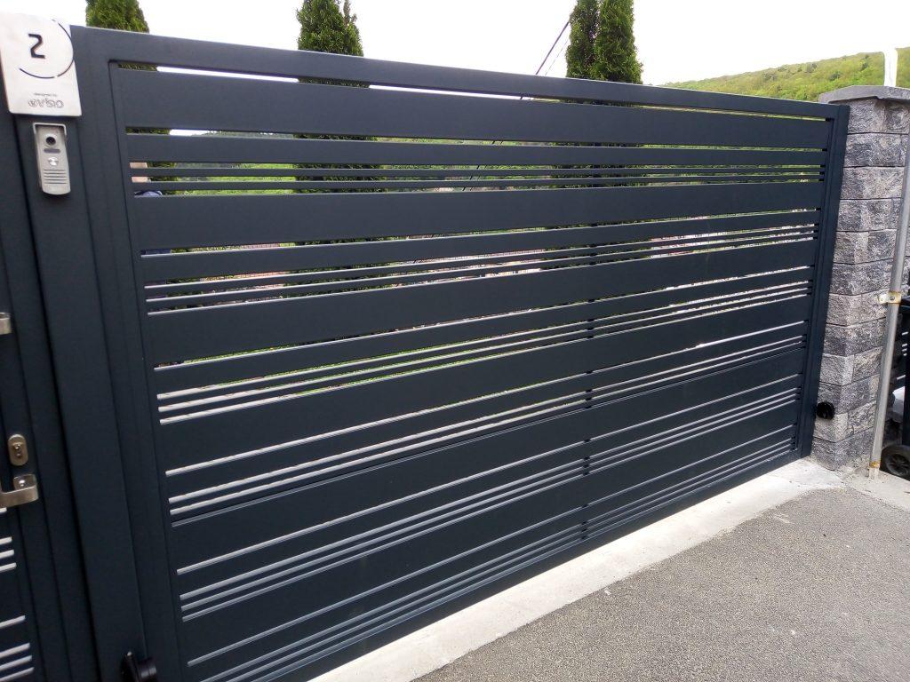 Jednokrídlová brána s bráničkou a plotovým dielcom