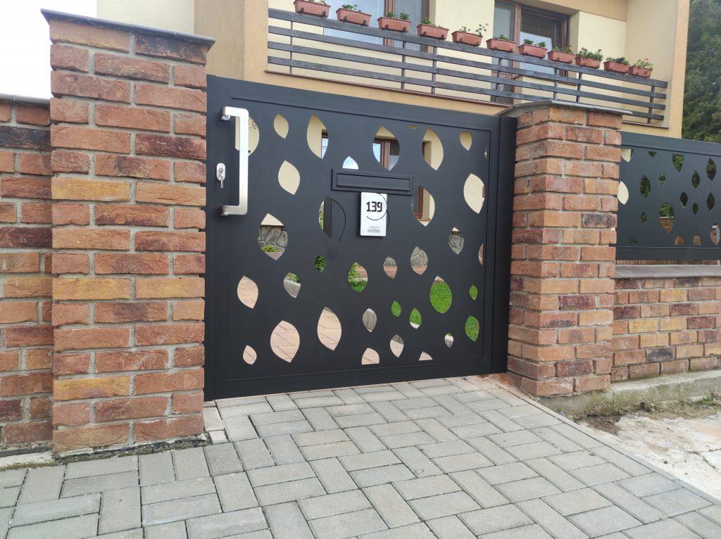 Dvojkrídlová brána s bráničkou a oplotením